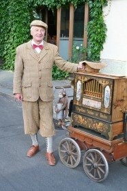 Manfred, Drehorgelspieler am Spreeufer in Berlin-Mitte