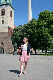Dajana vor der Marienkirche am Alexanderplatz